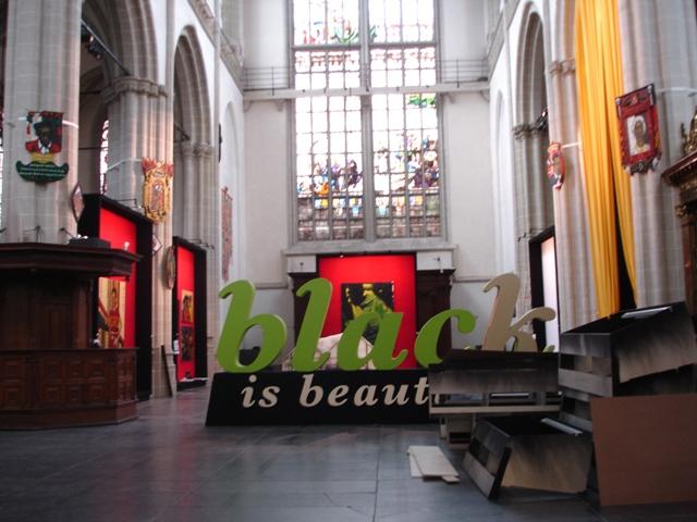 Opbouw (Installing) Black is beautiful in de Nieuwe Kerk 2008
