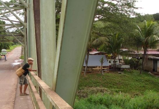 Remy Jungerman op brug naar Moengo Suriname foto Esther Schreuder (c)