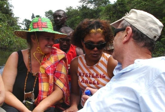Marieke Visser, Patricia Kaersenhout, Rob Perree in boot bij Moengo Wakamanreis Suriname in 2009 foto Esther Schreuder (c)