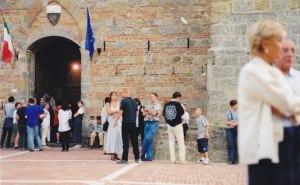 Atelier van Lieshout Montalcino _0001 1999 foto Esther Schreuder (c) in achtergrond Joep van Lieshout