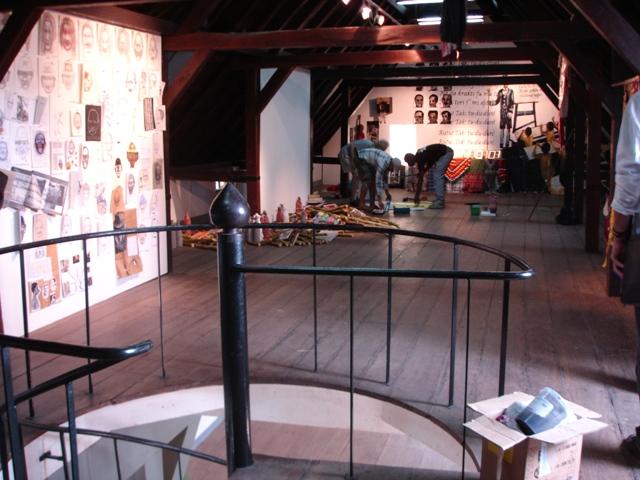Fort Zeelandia bovenzaal werk Patricia Kaersenhout, Iris Kensmil, Kurt Nahar foto Esther Schreuder (c)