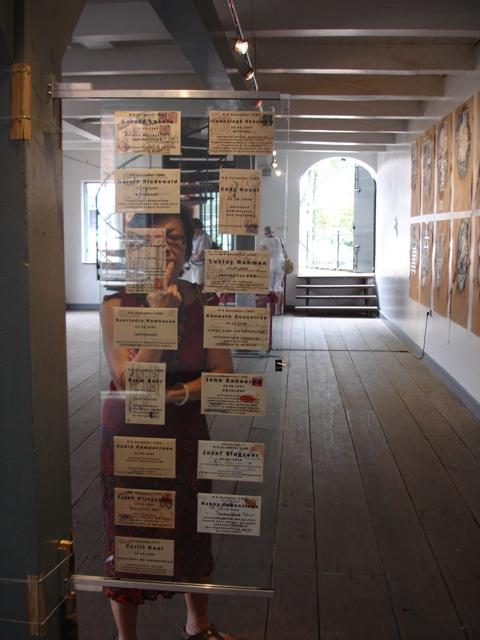 Iris Kenmsil Kaarten met vermoorde mensen in fort Zeelandia foto Esther Schreuder c