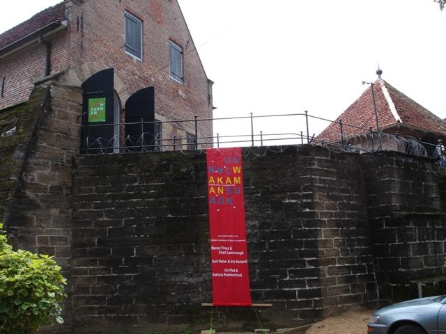 Waka barnier en ingang tent Fort Zeelandia Es