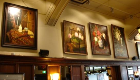 Frits Schiller schilderijen in de brasserie