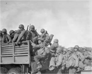 Soldaten van het 2de Bataljon, 442ste Regiments Gevechtsteam 14 oktober 1944, Chambois sector, Frankrijk. Derde van rechts Tajiri.
