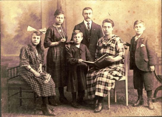 Gezinsfoto Wilhelmina Huberd(t)ina Brittijn en Theunis Jonkers rond 1917
