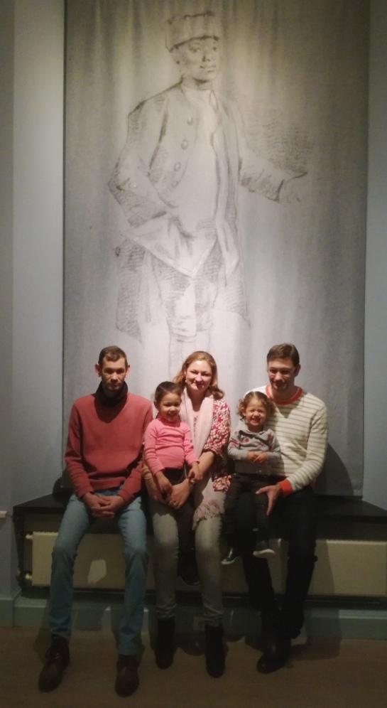 Jasper Molhoek, Daan Molhoek, Paulina Hublart -Molhoek dochters Féline en Lilou Hublart in Haags Historisch Museum