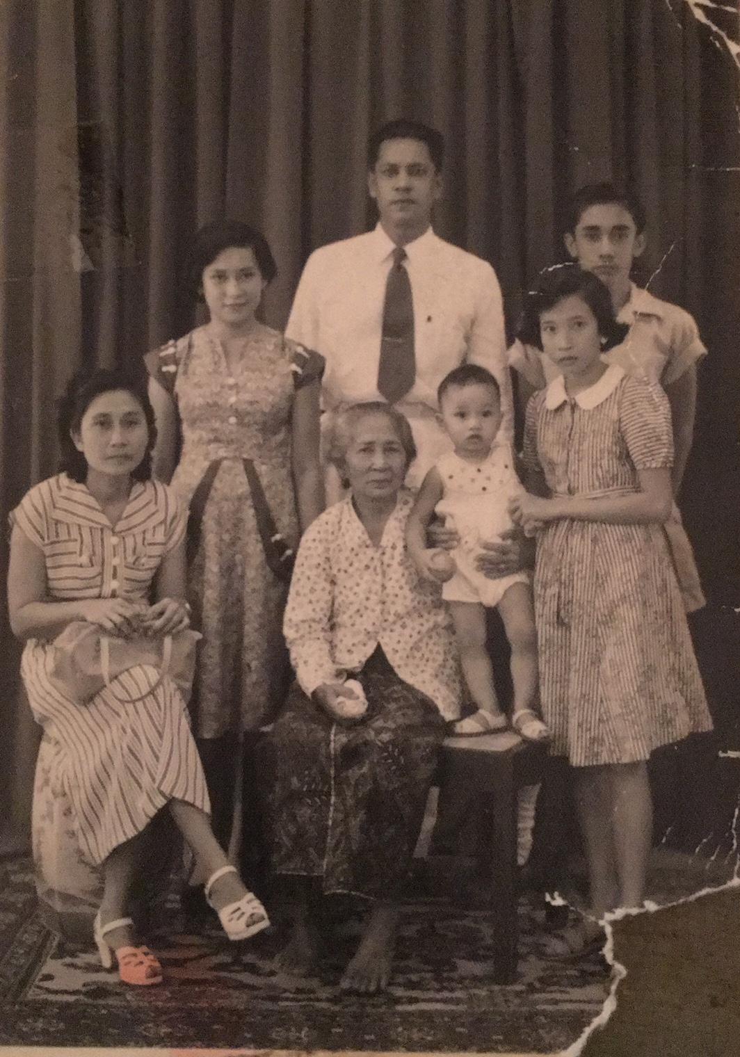 Midden achter: vader George Hehl, zittende aan de linkerkant: Josephine Leonie.Grootmoeder in sarong en kebaja met haar kleinkinderen Johannes Hehl en naast vader Robert Hehl. Links naast vader: Martha Mathilde, en nicht Maudy Pottier.